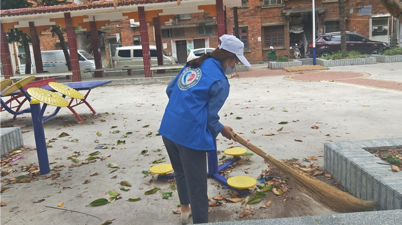 新华保险来宾中支:志愿者入社区为群众办实事
