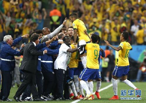 6月12日,巴西队球员庆祝得分.当日,2014年巴西世界杯在圣保罗伊图片