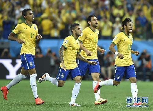 6月12日,巴西队球员内马尔(右一)进球后与队友庆祝.当日,2014图片