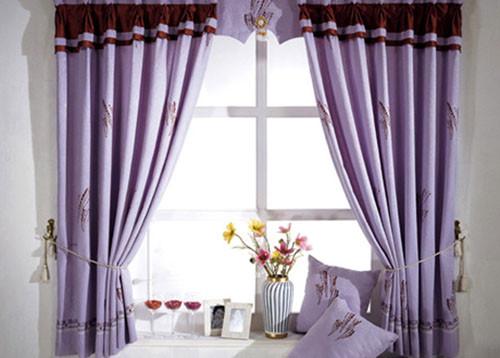 客厅是整个家居环境的体现,客人进门首先见到的便是客厅的布置,客厅的装饰布置充分体现了主人的品味。而客厅窗帘则是客厅的点睛之处,因此选购客厅窗帘什么颜色好,也是非常讲究的。  客厅窗帘颜色选择  白色的窗帘给人心旷神怡的感觉,显得大方、婉约、优雅。白色本来就是自然界最综合的一种颜色,它蕴含着所有颜色的综合。白色的窗帘可以很好的透过阳光,给人朦胧的感觉。不足之处是容易弄脏,但是白色窗帘确实最受欢迎的窗帘之一,不管客厅的墙面是白色的还是各色壁纸,都能搭配出不错的装饰效果。  客厅窗帘颜色选择  灰色