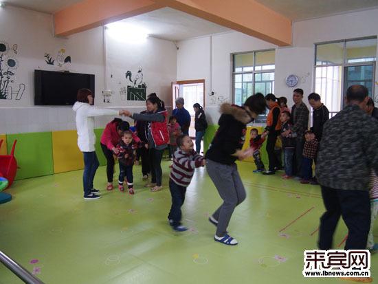 智障儿童正在接受康复训练