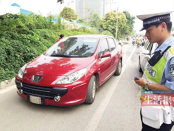 """近日南宁交警查获一辆在车牌下加装了可拆卸装置的轿车车牌""""一装一"""