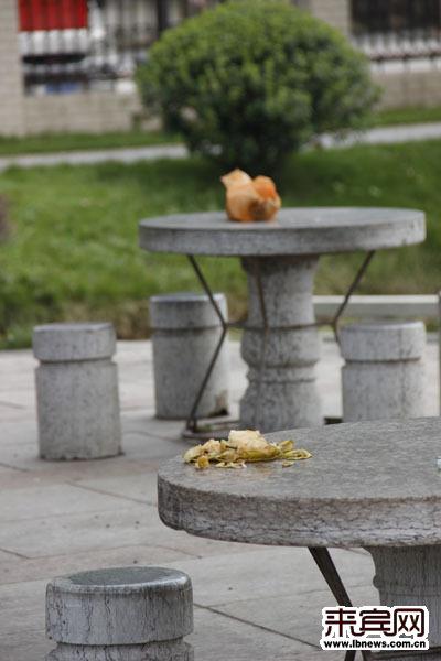 垃圾乱丢,随地大小便 金海公园大门左侧有一处休闲石桌石凳,几位市民
