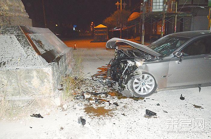 宝马车撞灯塔 驾驶员受重伤
